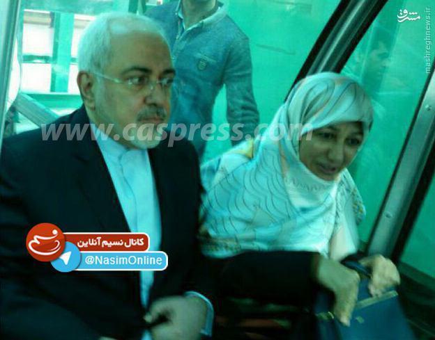 عکس/ ظریف و همسرش در تلهکابین رامسر