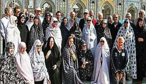 عکس/ زنان آلمانی با «چادر» در حرم امام رضا(ع)