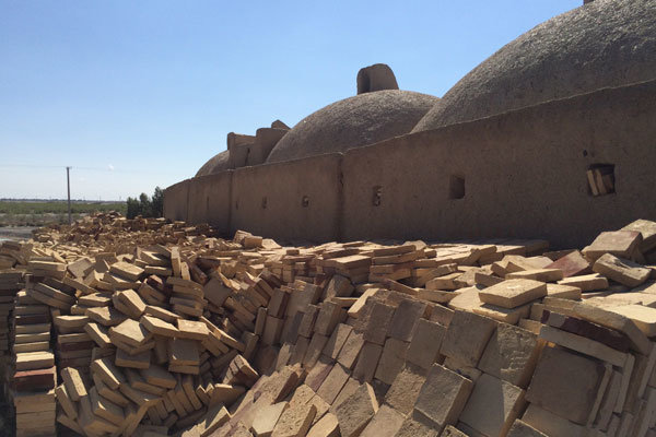 ترکهای فراموشی بر پیکر بزرگترین دیوار خشتی جهان +عکس