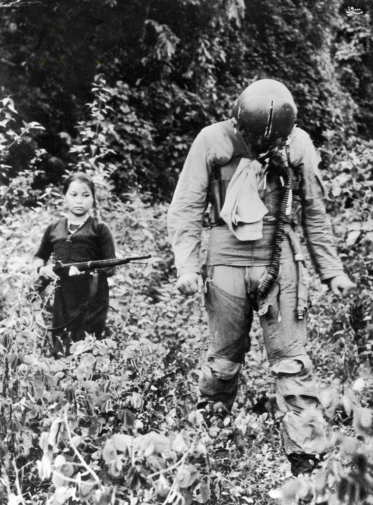 عکس/دستگیری خلبان آمریکایی توسط یک دختر ویتنامی