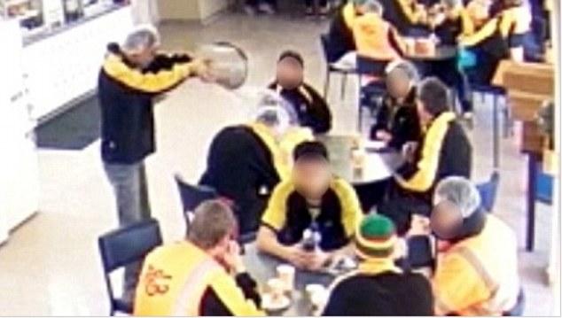 دعوای دو مرد با آب جوش بخاطر خوردن غذا +عکس