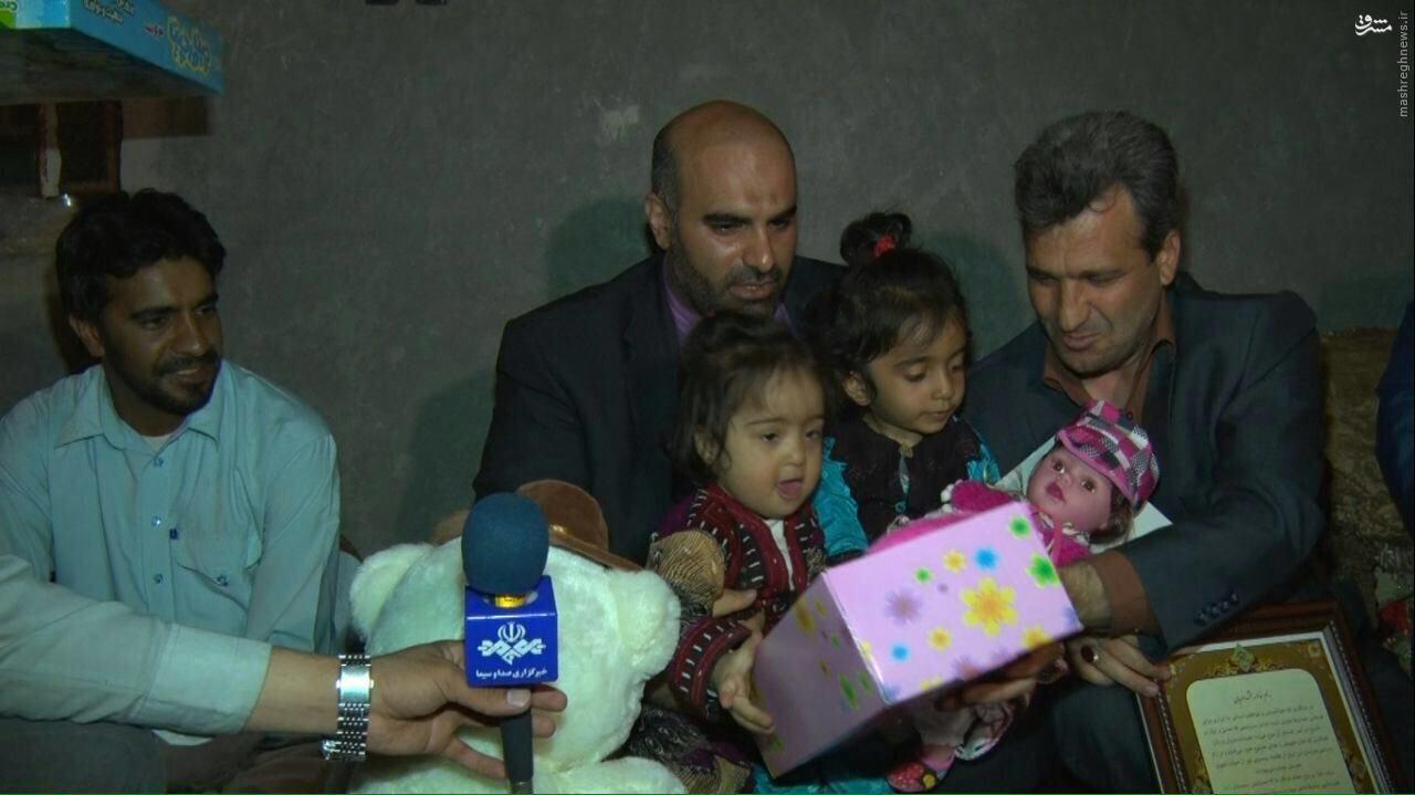 ملاقات هیئت اعزامی آستان قدس رضوی با خانواده معلم فداکار +عکس