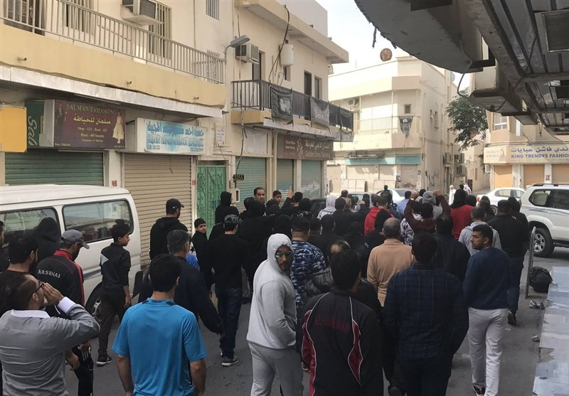 تجمع بحرینیها مقابل منزل 3 جوان اعدام شده +عکس