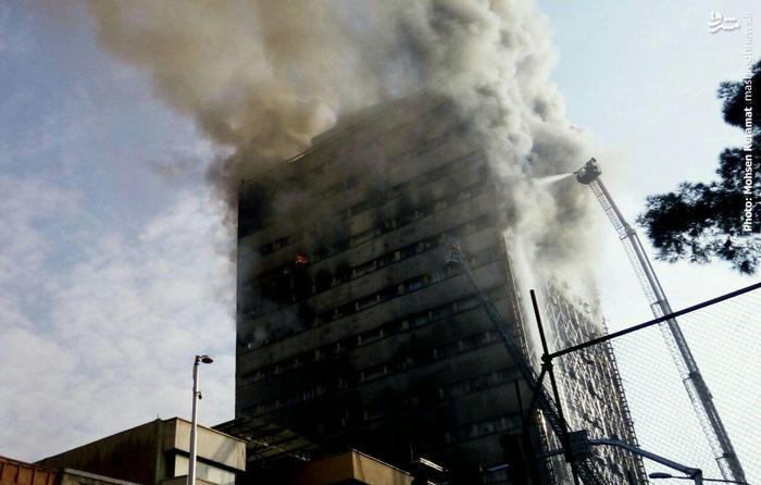 ساختمان پلاسکو فرو ریخت/ مصدومیت 38 نفر و محبوس شدن شمار بسیاری آتش نشان/ انتقال مصدومان به ۴ بیمارستان +تصاویر و فیلم