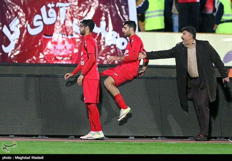 هواداران مشهدی پرسپولیسی ها را تحریم د عکس/ فرار طارمی از دست ناظر کنار زمین