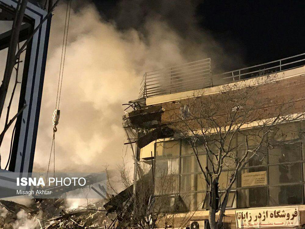 تخریب ساختمان مجاور پلاسکو توسط آتشنشانان/ هنوز سرنخی از فوتیها پیدا نشده است/ حرارت زیر آوار پلاسکو ۲۰۰ تا ۶۰۰ درجه است +تصاویر و فیلم