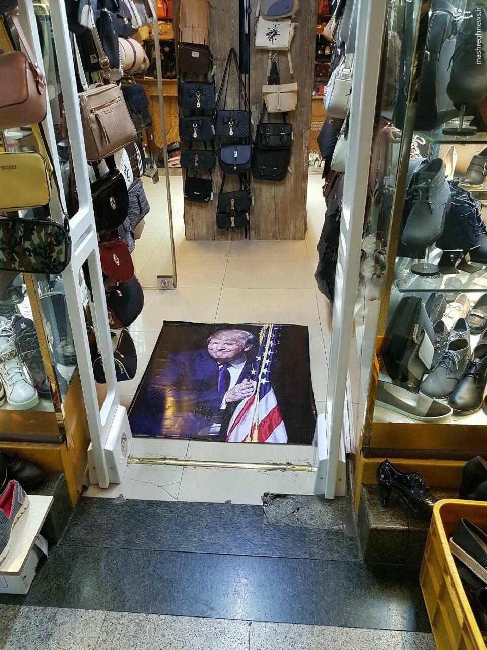 عکس/ ترامپ زیر پای مشتریان یک کفش فروشی