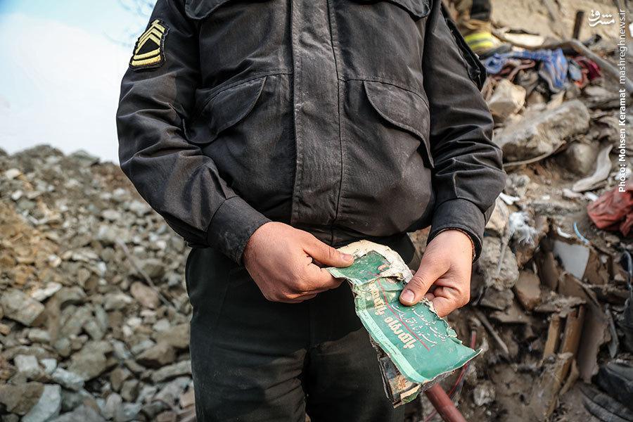 درددلهای مردانی که 130 ساعت پس از آوار پلاسکو همچنان ایستادهاند/ ذرهبین مسئولان روی امانتیهای مردم +عکس