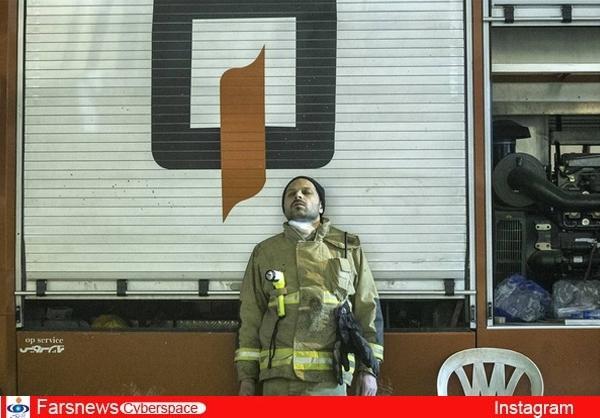عکس/ ایستاده خوابیدن یک آتش نشان در پلاسکو