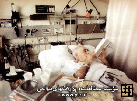 عکس/ پروفسور حسابی در بستر بیماری در حال مطالعه