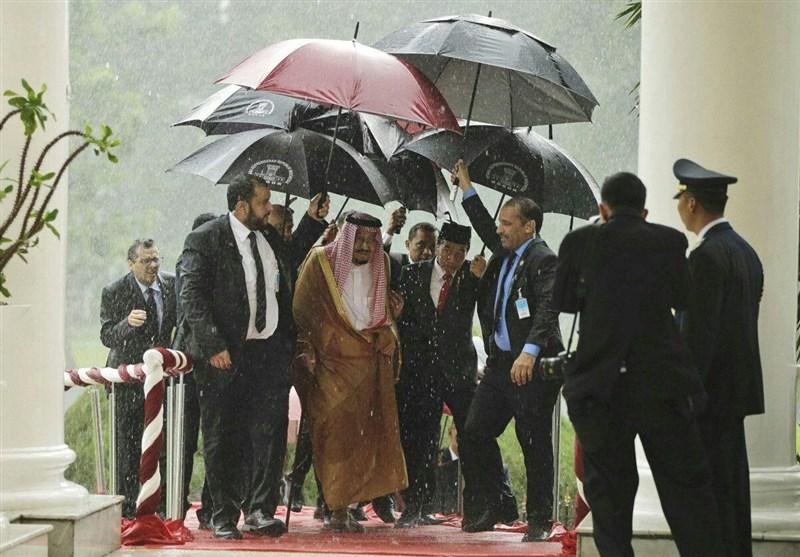 عکس/ محاصره شاه عربستان در سفربه اندونزی