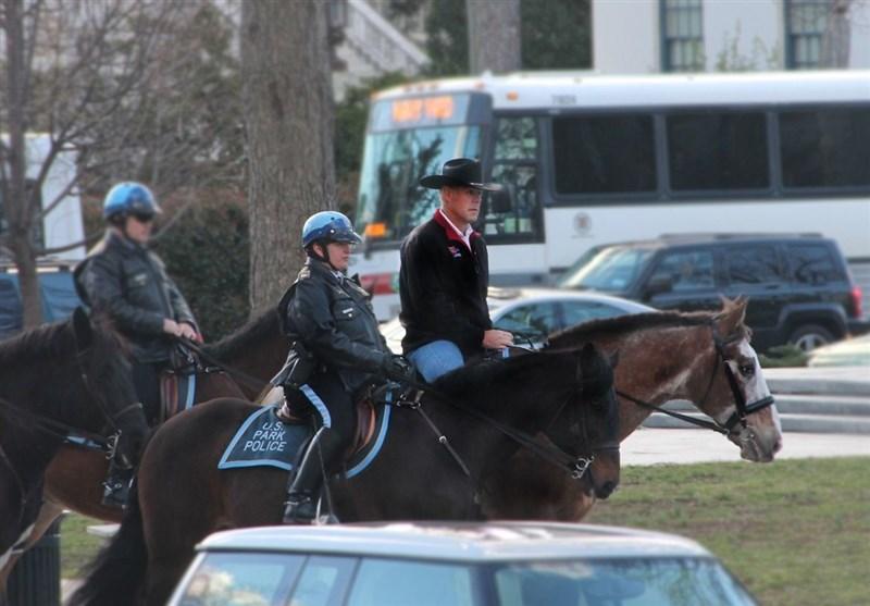وزیر امور داخلی جدید آمریکا با اسب به وزارتخانه رفت +عکس