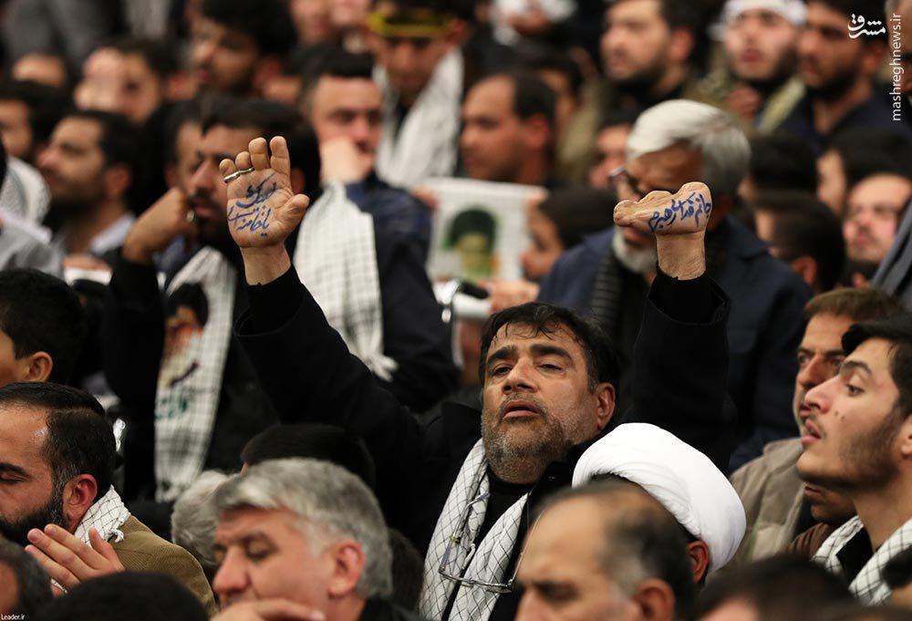 عکس/ دست نوشته متفاوت در مراسم شب گذشته بیت رهبری