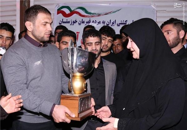عکس/ اهدای جام قهرمانی کشتی به مادر شهید