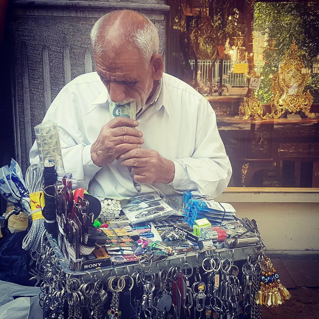 عکس/پدر شهیدی که دست فروشی می کند