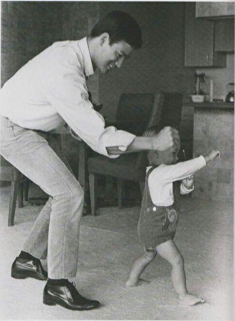 عکس بروس در حال آموزش هنرهای رزمی به پسر کوچکش