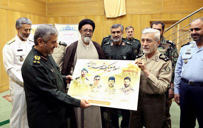 عکس/ شهدای مدافع حرم در دیدار امروز فرماندهان سپاه و ارتش