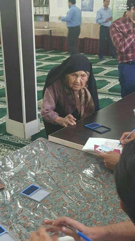 عکس/ پیرزن 96 ساله تربت حیدریه پای صندوق رأی