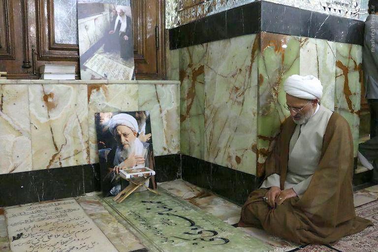عکس/ پسر آیت الله در کنار مزار پدر