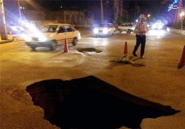 عکس/ نیسان آبی به حفره عمیق خیابان افتاد
