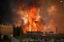 عکس/ تخلیه یک شهر در کانادا به دلیل آتشسوزی