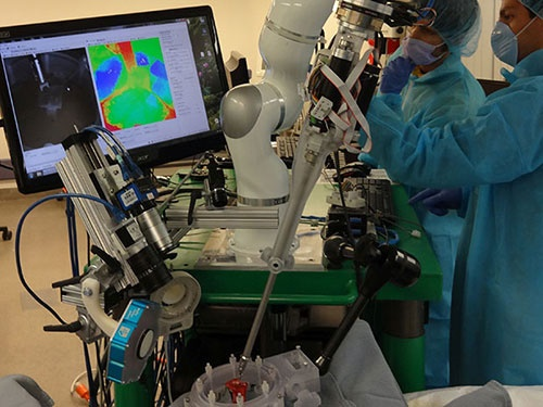 رباتی که بدون نیاز به کمک جراحی میکند!/عمل دقیقتر از پزشکان حاذق