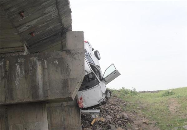 نجات عجیب سرنشینان خودرو معلق از پل +تصاویر