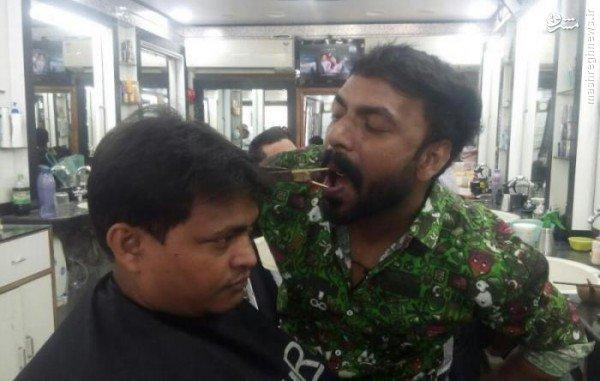 آرایشگری که با دهان مو کوتاه میکند +عکس