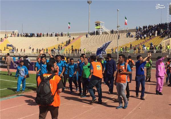 عکس/ دور افتخار بازیکنان استقلال خوزستان