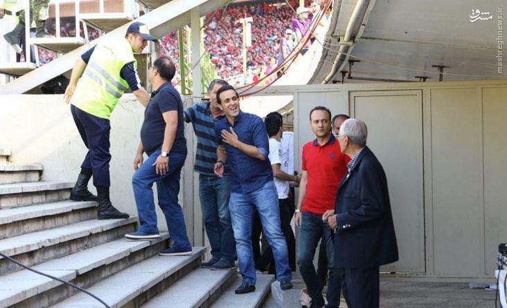 عکس/ حضور علی کریمی با لباس آبی در ورزشگاه