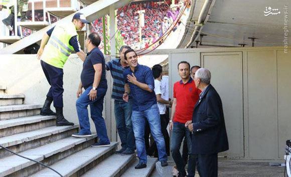 واکنش هواداران سرخ به ورود گلر استقلالی به میدان/ حضور مجری معروف تلویزیون در آزادی +عکس