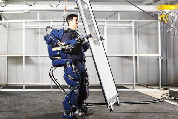 ربات پوشیدنی که بارهای سنگین را سبک میکند +عکس