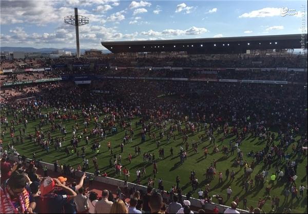 عکس/ بی نظمی و هجوم هواداران بارسا به داخل چمن