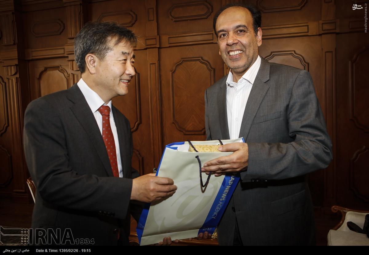 عکس/ هدیه مدیرخبرگزاری کرهای به رئیس اتاق بازرگان