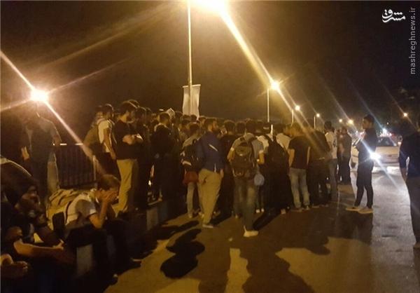 عکس/ جمع اعتراضی هواداران ملوان در شب گذشته