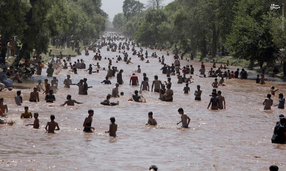 عکس/ مردم لاهور پاکستان به رودخانهها ریختند