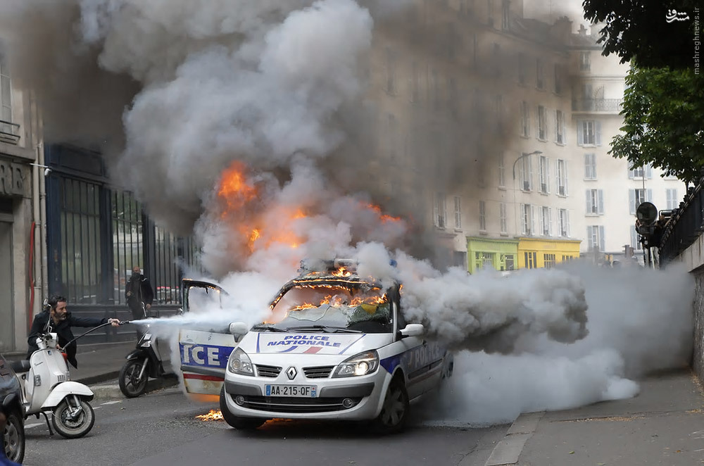 عکس/ آتش زدن خودروی پلیس توسط معترضان