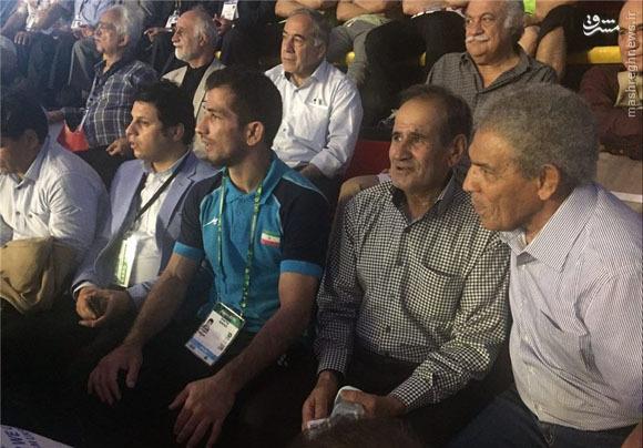 عکس/ امید نوروزی به همراه پدرش در سالن مسابقات