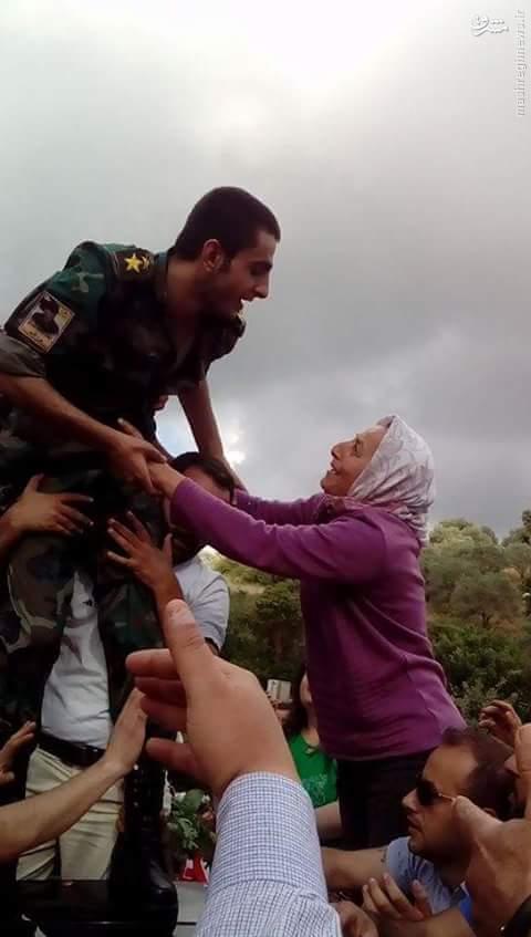 استقبال از اسرای آزاد شده ارتش سوریه+عکس