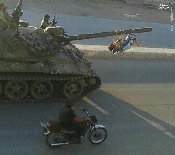 کشیدن اجساد برهنه با تانک توسط ارتش آزاد+عکس