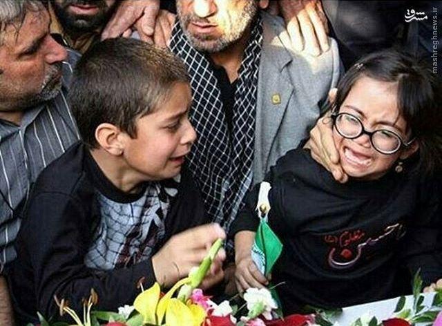 عکس/ وداع دردناک فرزندان شهید مدافع حرم با پدر