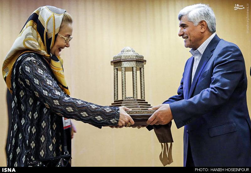 عکس/ هدیه کتایون ریاحی به آقای وزیر