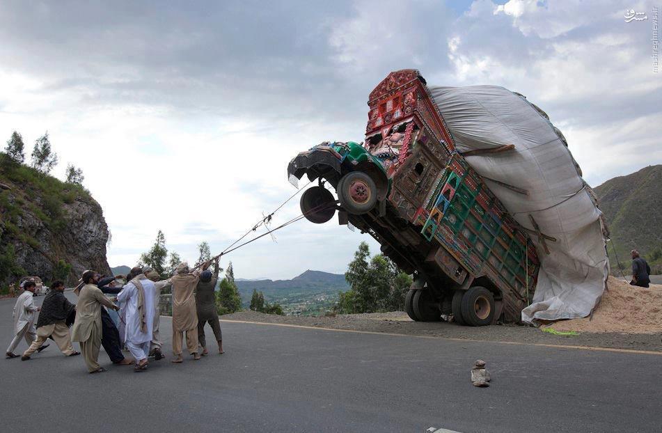 عکس/ تلاش پاکستانیها برای رام کردن کامیون وحشی