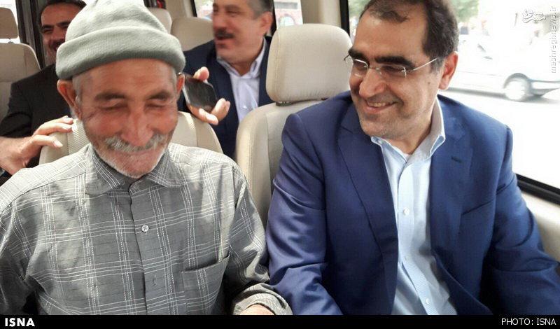 عکس/ پیرمردی که میهمان خودروی وزیر شد