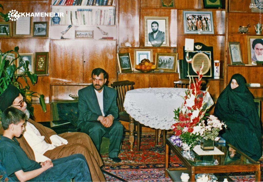 عکس دیده نشده از حضور رهبر انقلاب در منزل شهید بابایی