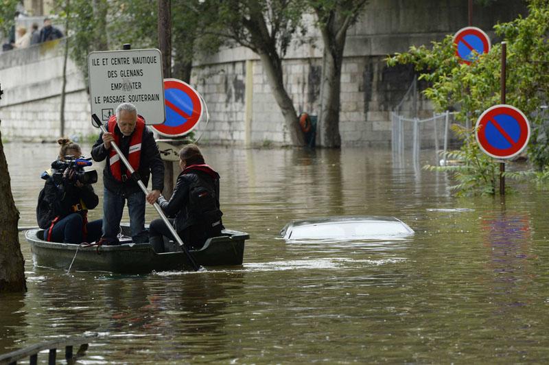 غرق شدن بخشهایی از خیابانهای پاریس +تصاویر