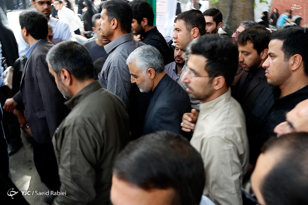 عکس/ حضور حاج قاسم در تشییع شهید مدافع حرم رضا خرمی