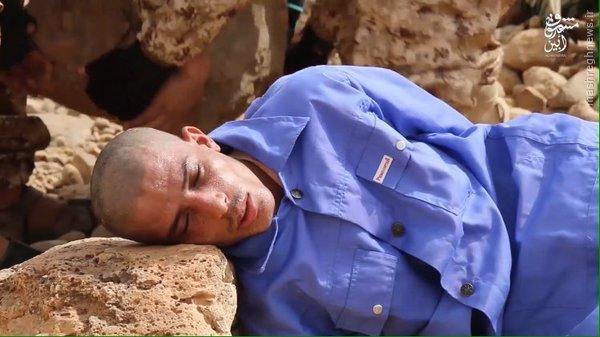 اعدام با سنگ توسط جلاد چاق داعش+عکس