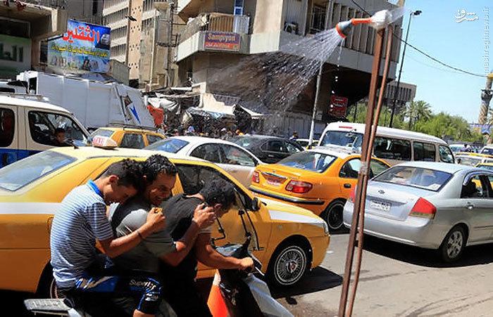 عکس/ راهکار خیابانی عراقیها برای خنک شدن