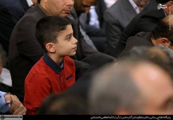 عکس/ پسر شهید احمدی روشن در دیدار با «آقا»